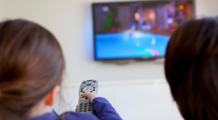 Kids-watching-TV2-470x260